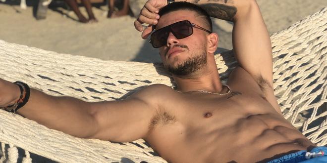 Фото | Раперот Таско се соблече на плажите на Халкидики